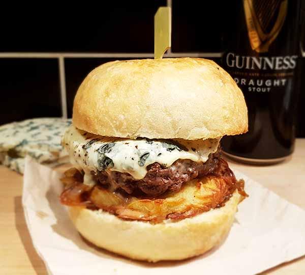 burger le Jack à la fourme d'ambert, oignons à la guiness et galette de pomme de terre au Camion à Croquer, food truck à Rennes