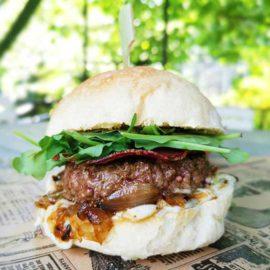 burger ardéchois chèvre confit d'oignons au miel, coppa au Camion à Croquer food truck à Rennes